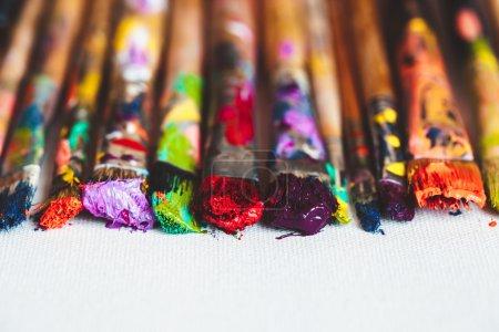 Photo pour Artiste pinceaux gros plan sur toile artistique. Concentration sélective . - image libre de droit