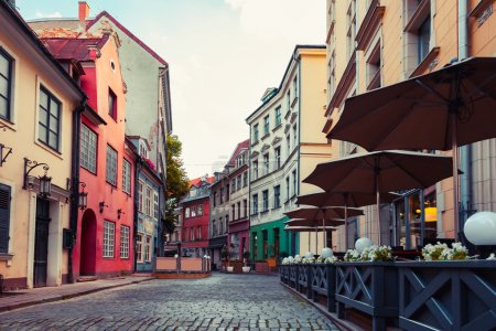 Photo pour Vieille rue médiévale de Riga, Lettonie. Style rétro . - image libre de droit