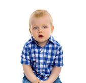 Modrooký chlapec v kostkované košili