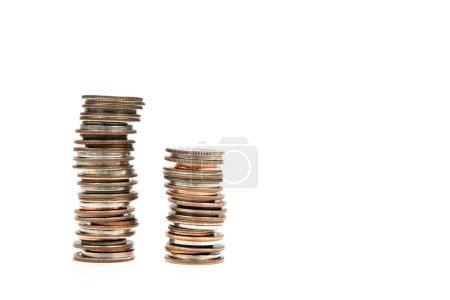 Photo pour Deux piles de pièces contre blanc pour une utilisation dans les concepts financiers et bancaires . - image libre de droit