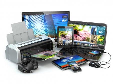 Photo pour Périphériques de l'ordinateur. ordinateur portable de téléphone, ordinateur portable, imprimante, appareil photo et tablette. 3D - image libre de droit