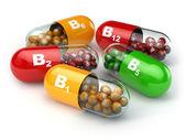 Vitamín B. kapsle B1 B2 B6 B12 na bílém pozadí izolované