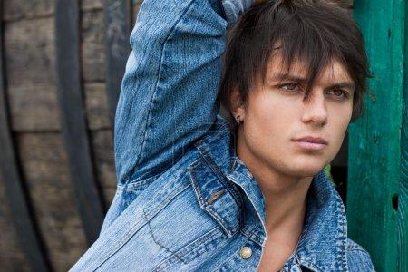 Photo pour Jeune homme en jeans - image libre de droit