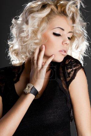 Photo pour Belle femme à la mode en vêtements modernes - image libre de droit