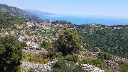 Photo pour Vue aérienne de La Turbie et du Trophée des Alpes, Côte d'Azur, France - image libre de droit