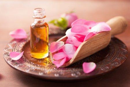 Photo pour Fleur de rose et huile essentielle. spa et aromathérapie - image libre de droit