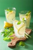 čerstvé limonády s mátou v brýlích