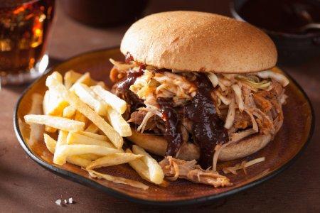 Photo pour Burger de porc effiloché maison avec salade de chou et sauce barbecue - image libre de droit