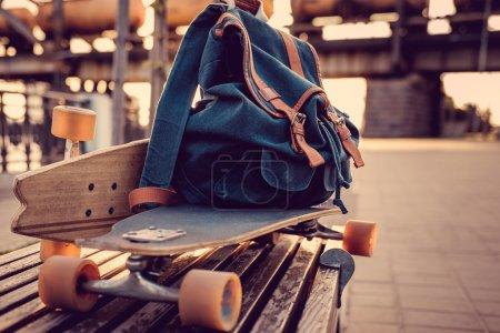 Photo pour Longboard avec sac à dos dessus gros plan - image libre de droit