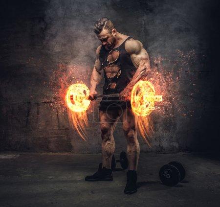 Photo pour Portrait corporel complet du bodybuilder faisant des séances d'entraînement biceps avec haltère brûlante . - image libre de droit