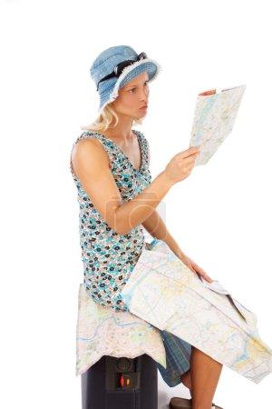 Photo pour Portrait de femme blonde mince avec étui de voyage et une carte isolée sur fond blanc - image libre de droit