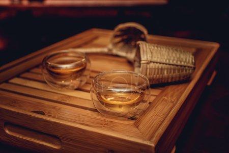 Tasses à thé verre dans une ombre