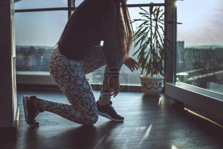 Photo pour Jambes de femme dans un pantalon de sport gris faisant de la forme physique - image libre de droit