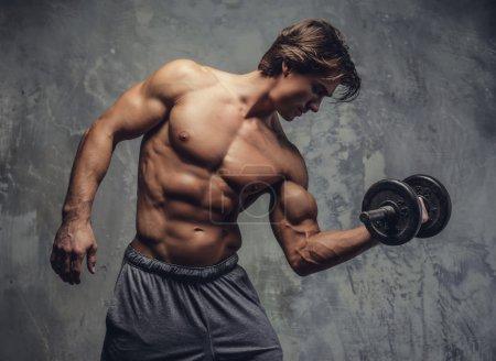 Photo pour Homme musclé torse nu faisant biceps séance d'entraînement . - image libre de droit