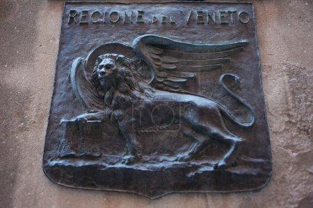 Photo pour Lion ailé sur le relief symbolisant la Vénétie. Italie - image libre de droit