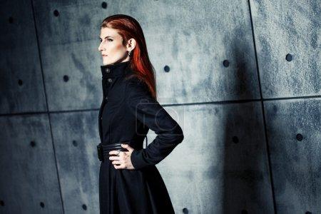 Photo pour Élégante jeune femme posant dans le manteau - image libre de droit
