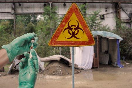 Photo pour Médecin avec le vaccin dans l'endroit contaminé par Ebola - image libre de droit