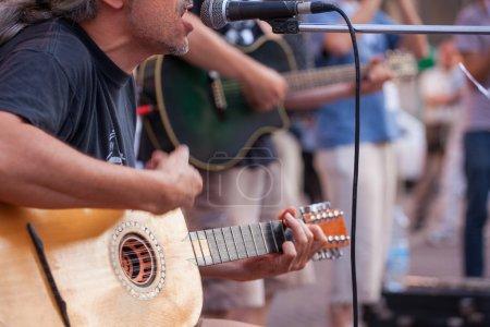 Photo pour Joueur de guitare lors du concert de rue - image libre de droit
