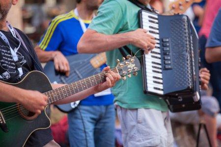 Photo pour Guitare pendant le concert de rue - image libre de droit
