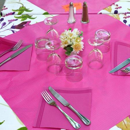 Photo pour Endroit. Table dans un café de rue. Provence, France - image libre de droit