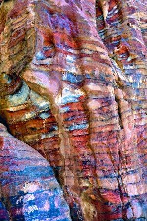 Photo pour Motifs colorés abstraits dans la falaise de grès du monde merveille Petra, Jordanie - image libre de droit