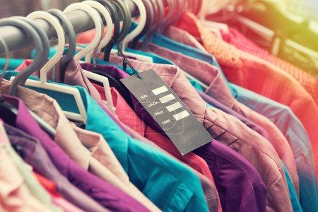 Photo pour Étiquette de prix vide vêtements pendent sur une étagère - image libre de droit