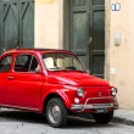Постер, плакат: Vintage Fiat 500L near building