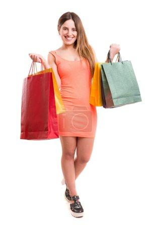 Photo pour Jeune et belle femme tenant des sacs à provisions sur blanc - image libre de droit