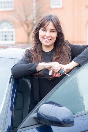 Geschäftsfrau mit neuem Auto!
