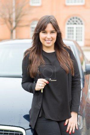 Geschäftsfrau mit Sportwagen