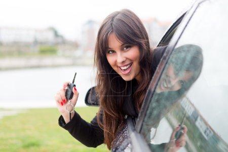 Frau fährt neues Auto