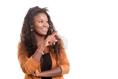 Photo pour Belle jeune femme africaine posant isolée sur blanc - image libre de droit