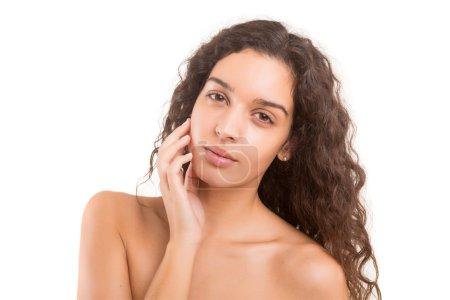 Photo pour Concept de soins de la peau - une jeune femme avec une belle peau - image libre de droit