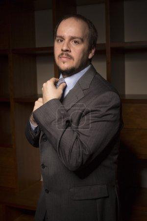 Photo pour Homme d'affaires heureux, au bureau à la maison, frapper - image libre de droit