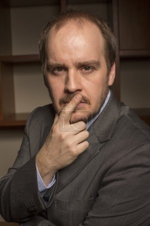 Photo pour Homme d'affaires dans le bureau à la maison avec un regard réfléchi - image libre de droit