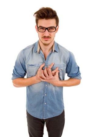 Photo pour Jeune homme occasionnel avec une douleur sur la poitrine, isolé sur fond blanc - image libre de droit