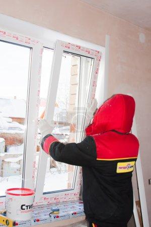 Dauerwelle, Russland, 19.11.2015: Einbau von Kunststofffenstern