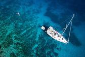 úžasný pohled na jachtě, plavání ženy a jasné vody Karibiku