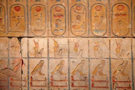 Photo pour Hiéroglyphes sur le mur sur le fond - image libre de droit