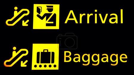 Photo pour Panneaux d'arrivée et Baggege à l'aéroport - image libre de droit