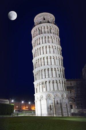 Schiefer Turm von Pisa in der Nacht