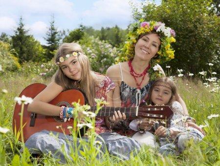 Belles filles de hippie dans le domaine