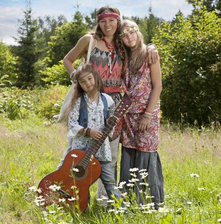 Les filles de hippie dans le domaine