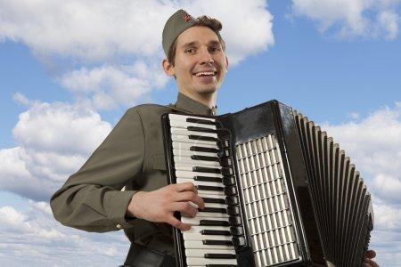 Советский солдат игры на аккордеоне