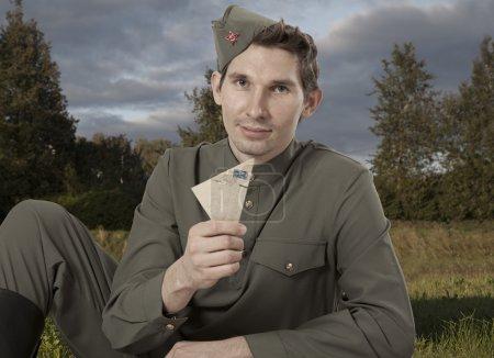 Портрет советского солдата с письмом