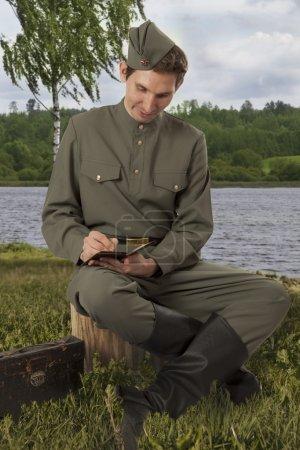 Красной армии солдат пишет письмо