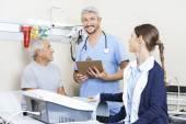 """Постер, картина, фотообои """"Мужчины физиотерапевт с коллегой и пациента в реабилитационный центр"""""""