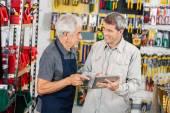 Prodavač se zákazníkem pomocí digitálních Tablet v úložišti