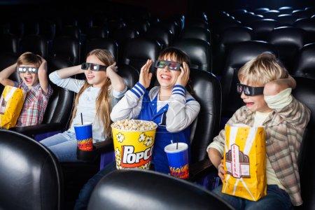 Photo pour Frères et sœurs profitant d'un film 3D au cinéma - image libre de droit