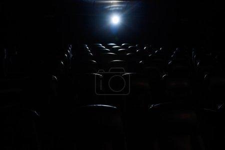 Photo pour Lumière de projecteur dans la salle de cinéma vide - image libre de droit